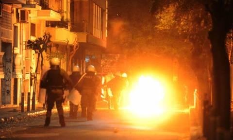 Επεισόδια γύρω από το Πολυτεχνείο: Έκαψαν σημαία - Τραυματίστηκε αστυνομικός