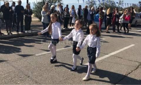 Φθιώτιδα: «Ραγίζει» καρδιές η παρέλαση της τυφλής μαθήτριας (video)