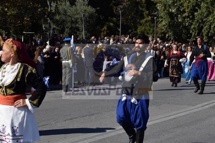 Μυτιλήνη: Συγκίνησε η παρέλαση… νεογέννητου! Το είχε σε μάρσιππο ο περήφανος μπαμπάς (pics)
