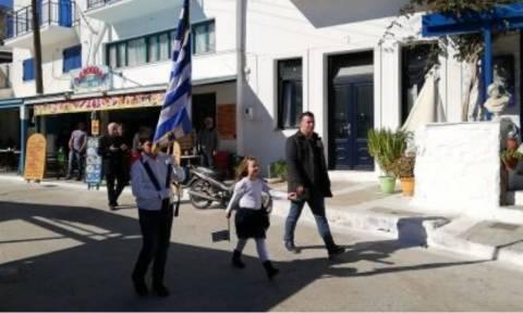 Νάξος: Η συγκινητική παρέλαση δύο μικρών μαθητών στον Απόλλωνα (vid+pics)