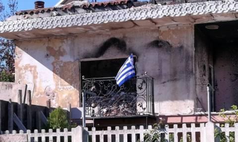 Μάτι: Ύψωσε την ελληνική σημαία στα αποκαΐδια του σπιτιού της (pic)