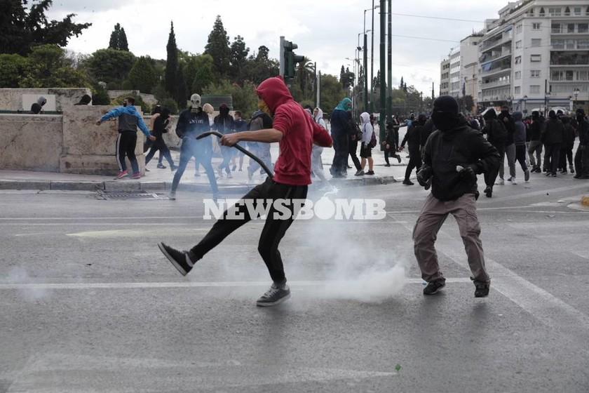 «Πεδίο μάχης» το κέντρο της Αθήνας: Πέτρες και μολότωφ σε Πολυτεχνείο και Σύνταγμα (pics)