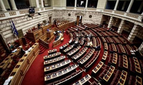 Συνταγματική αναθεώρηση: «Ομοβροντία» ανακοινώσεων από την αντιπολίτευση κατά της κυβέρνησης