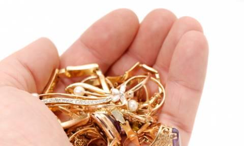 Παίρνει παλαιά κοσμήματα και τα κάνει... αγνώριστα! (video)
