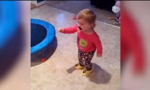 Θα σας φτιάξει τη διάθεση! Οι εντυπωσιακές χορευτικές κινήσεις ενός μωρού (vid)