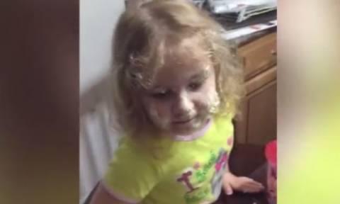 Η απίστευτη αντίδραση κοριτσιού όταν λερώνεται με σαντιγί (vid)