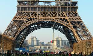 Γαλλία: Στο σφυρί ένα κομμάτι από τη σκάλα του Πύργου του Άιφελ