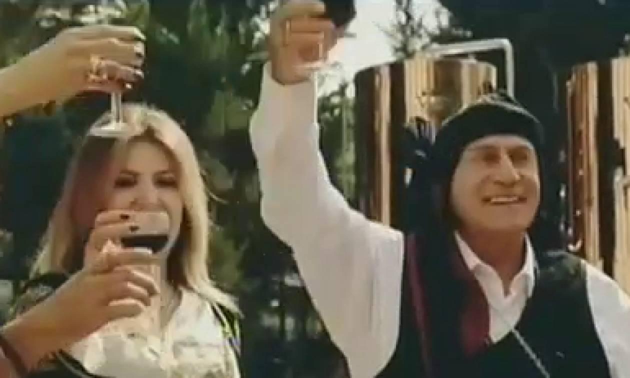 Ο Παναγιώτης Ψωμιάδης παίζει τον Πόντιο συμπέθερο σε βίντεο κλιπ (video)