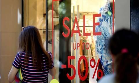 Ενδιάμεσες φθινοπωρινές εκπτώσεις: Πότε αρχίζουν και ποια Κυριακή θα είναι ανοιχτά τα καταστήματα