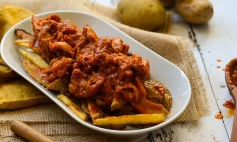Η συνταγή της ημέρας: Κοτόπουλο κοκκινιστό με πατάτες τηγανιτές