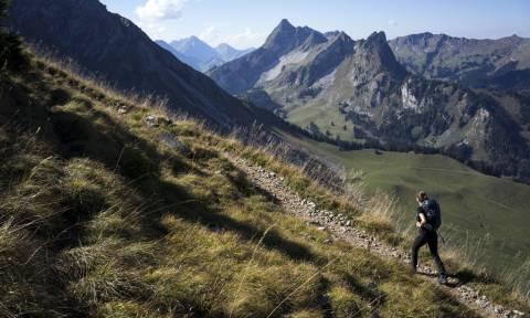 Απίστευτο: Κοπέλες που χάθηκαν στις Άλπεις σώθηκαν καλώντας τηλέφωνο που είδαν χαραγμένο σε δέντρο