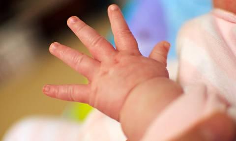 Συναγερμός στη Γαλλία: Μυστήριο με 18 γεννήσεις βρεφών χωρίς χέρια στην ίδια περιοχή