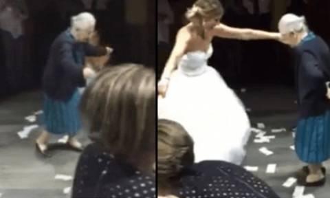 Η 98χρονη Ελληνίδα γιαγιά που χόρεψε ζεμπέκικο και «έριξε» το διαδίκτυο (video)