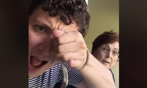 Τρομάζει τη γιαγιά του με «μαγικά» κόλπα (video)