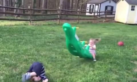 Αστείες στιγμές παιδιών σε παιδικές χαρές (vid)