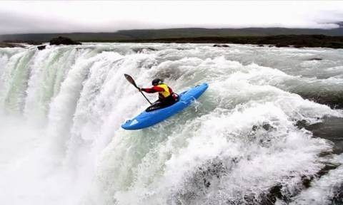 Βίντεο που κόβει την ανάσα: Μην το δείτε αν φοβάστε τα ύψη και το νερό!