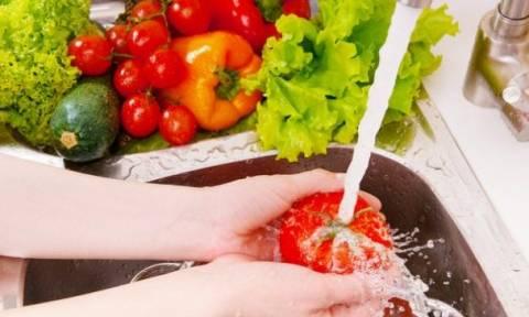 Γιατί πρέπει να πλένουμε οπωσδήποτε φρούτα και λαχανικά; (video)