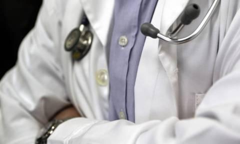 Συνελήφθη οφθαλμίατρος που ζητούσε «φακελάκια» για επεμβάσεις - Είχε τσεπώσει πάνω από 21.000 ευρώ