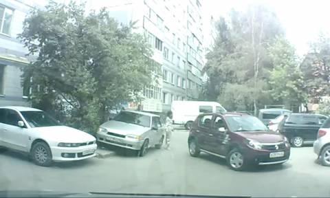 Εβαλε τη φίλη του να του κάνει... κουμάντο για να παρκάρει! Παραλίγο να τη σκοτώσει... (Video)