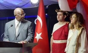 Ανθελληνικό μένος των Τούρκων: Ανακάλεσαν πρέσβειρα επειδή ντύθηκε «Ωραία Ελένη»