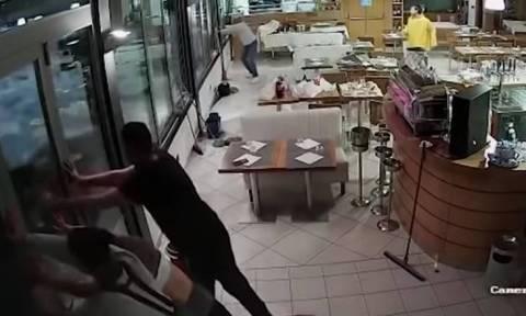 Βίντεο: Δείτε καρέ - καρέ τη στιγμή που κύμα «σαρώνει» εστιατόριο της Γένοβας