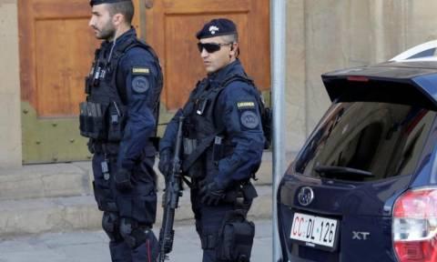 Συναγερμός στην Ιταλία: Διαβόητος μαφιόζος εισέβαλε σε ταχυδρομείο και κρατά ομήρους (Vid)