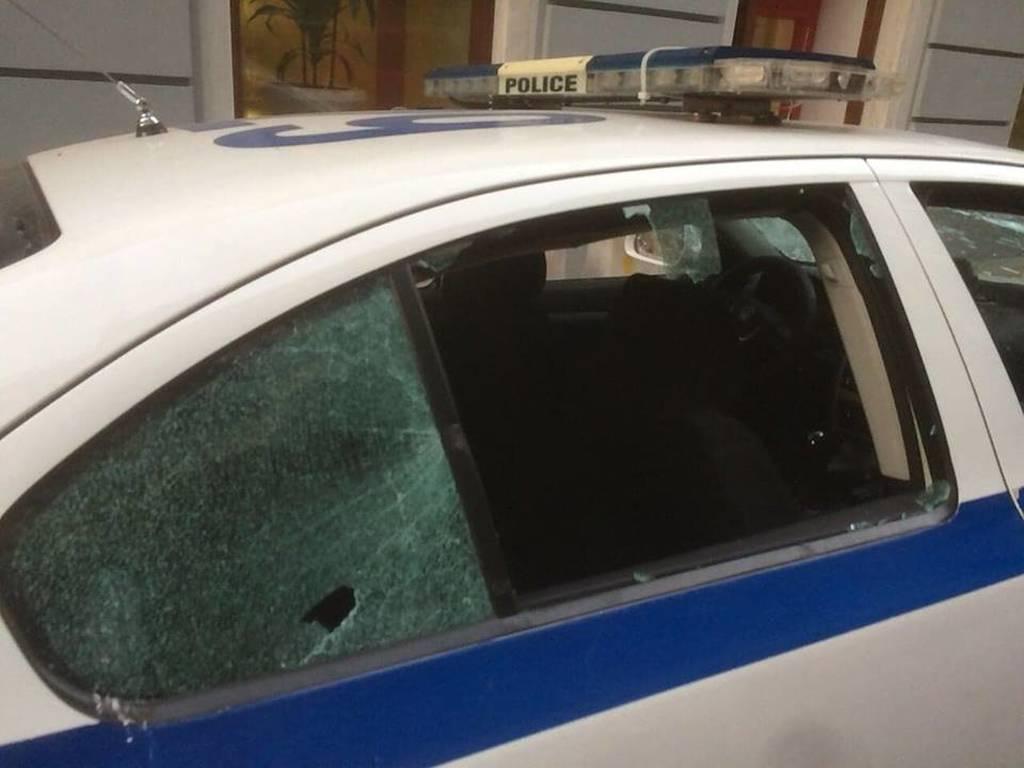 Επίθεση κουκουλοφόρων σε περιπολικό στο κέντρο της Αθήνας