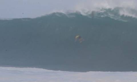 Σέρφερ θέλησε να «δαμάσει» το μεγαλύτερο κύμα της Χαβάης! Η συνέχεια; Εντυπωσιακή (video)