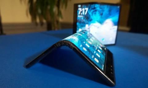 Η τεχνολογία «ξέφυγε»: Αυτό είναι το πρώτο ευλύγιστο smartphone (Vid)