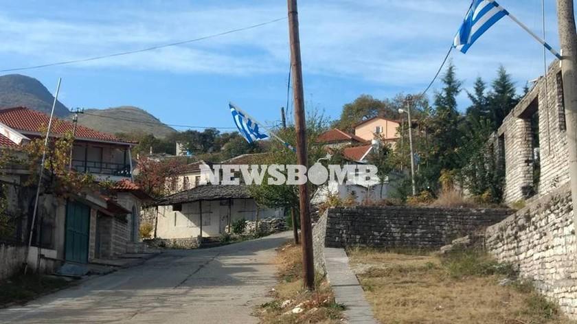 Κηδεία Κατσίφα: Τι μεταδίδει ο δημοσιογράφος Κώστας Πλιάκος από το Αργυρόκαστρο (βίντεο)
