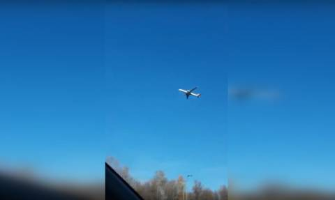 Εξωπραγματικό βίντεο: Αεροπλάνο έχει ακινητοποιηθεί στον αέρα και αφήνει «άφωνους» όσους το βλέπουν