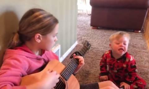 Κορίτσι παίζει μουσική στον μικρό της αδερφό με σύνδρομο Down (vid)