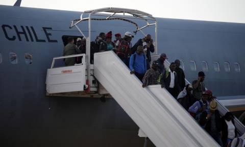 Επαναπατρίστηκαν 176 μετανάστες από την Αϊτή με μια «ανθρωπιστική πτήση» που προκάλεσε αντιδράσεις