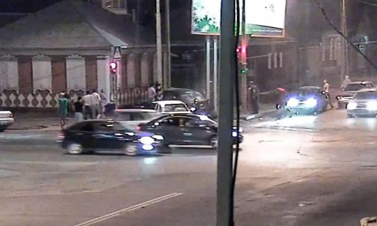 Σοκαριστικό τροχαίο μπροστά στην κάμερα! Ετρεχε σαν... τρελός και καρφώθηκε σε άλλο όχημα (video)