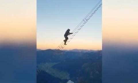Αυστρία: H τρομακτική σκάλα που ενώνει δύο βουνά και μόνο... οι γενναίοι περνούν! (vid)