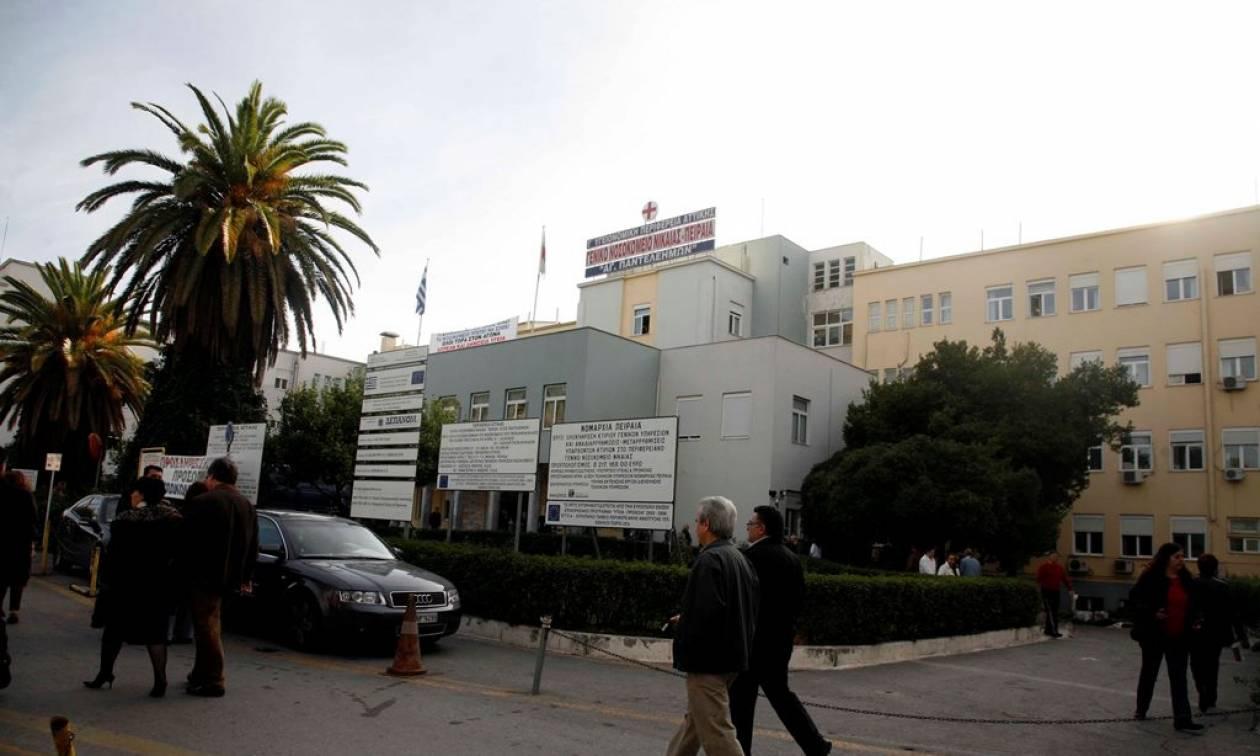 Εικόνες-σοκ στο νοσοκομείο Νίκαιας: «Έπεσε το ταβάνι» και τραυμάτισε τη μητέρα ασθενούς (pics)