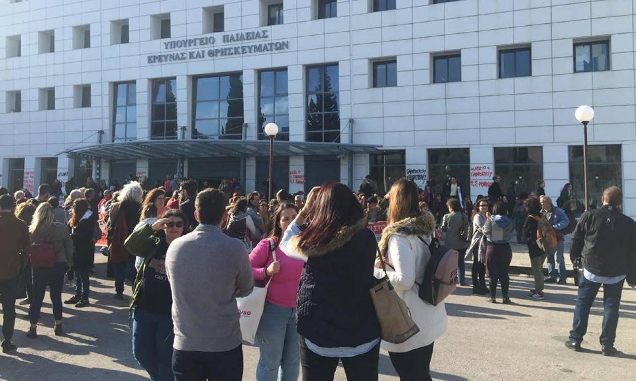 Ένταση στο υπουργείο Παιδείας: Μαθητές, εκπαιδευτικοί και καθηγητές εισέβαλαν στο κτήριο (vids+pics)