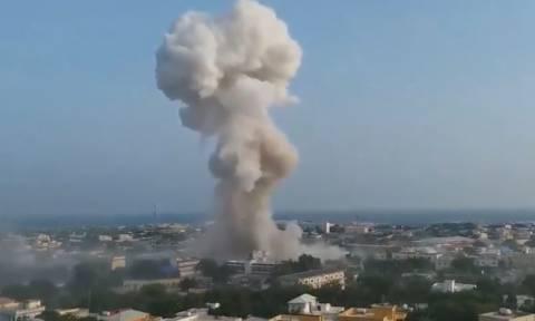 Σομαλία: Τουλάχιστον 17 νεκροί απο επίθεση καμικάζι με παγιδευμένα αυτοκίνητα (vid)