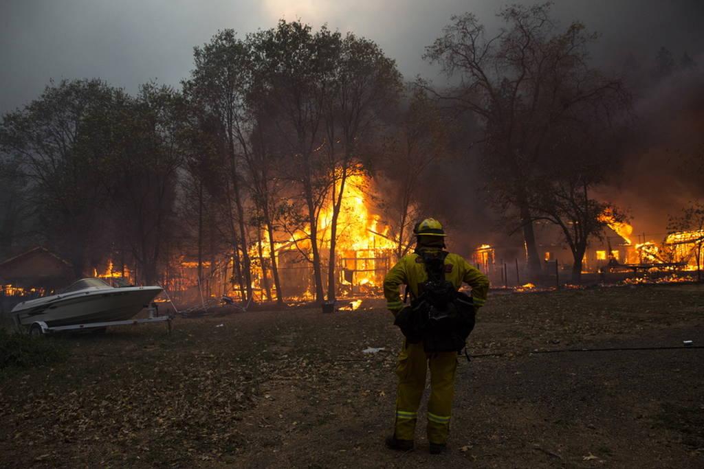 Τρία πύρινα μέτωπα στην Καλιφόρνια: Νεκροί και τραυματίες από τις φωτιές (pics+vids)
