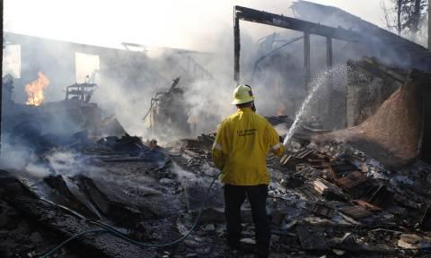 Πύρινη κόλαση στην Καλιφόρνια: Τουλάχιστον 9 οι νεκροί - Σταρς εγκαταλείπουν το Μαλιμπού (pics+vids)