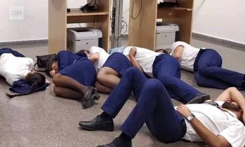 Εξαντλημένοι αεροσυνοδοί απολύθηκαν γιατί κοιμήθηκαν στο πάτωμα!