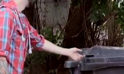 Ανοίγει τον κάδο να πετάξει σκουπίδια και παθαίνει σοκ με αυτό που πετάχτηκε πάνω του (Video)