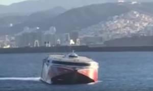 Σύγκρουση φέρι μποτ με σκάφος: Επιβαίνοντες έπεσαν στη θάλασσα (vid)