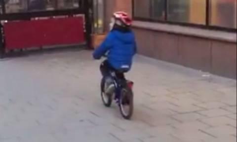 Ο πιτσιρικάς κάνει ποδήλατο και χαζεύει... ακατάλληλο θέαμα! Δείτε πού θα καταλήξει (Video)