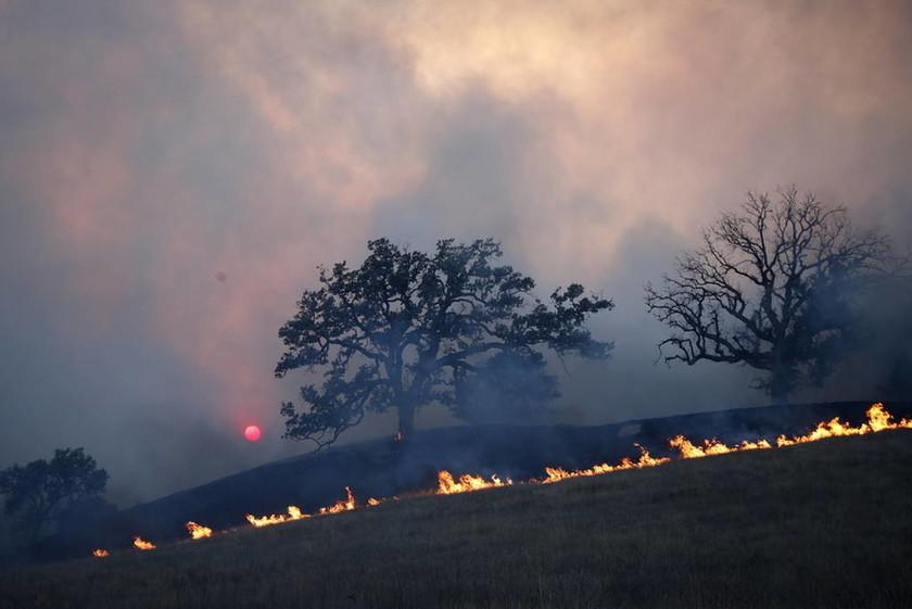 Πύρινη κόλαση στην Καλιφόρνια - Αυξάνονται δραματικά οι νεκροί από δύο πυρκαγιές (pics&vids)