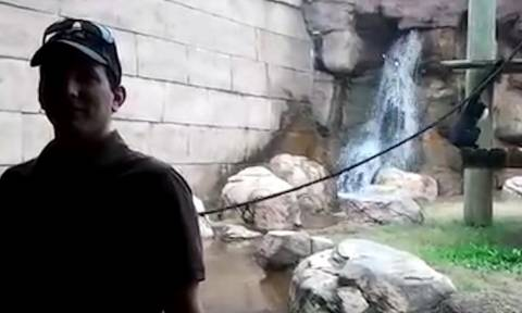 Ηθελε να βγάλει... selfie με φόντο μια μαϊμού! Εκείνη, όμως, είχε άλλες διαθέσεις (video)