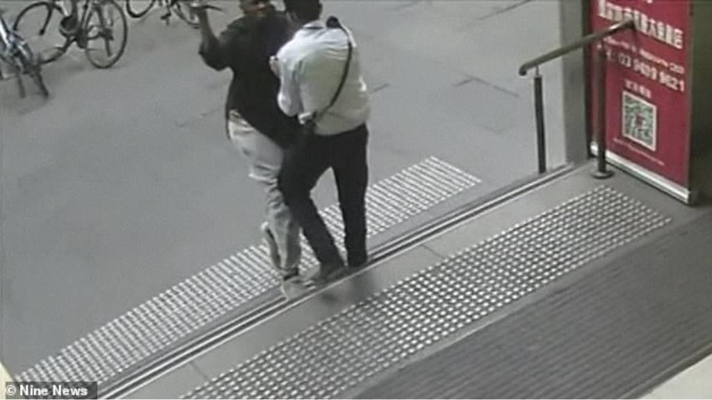Βίντεο που «παγώνει» το αίμα: O τζιχαντιστής της Μελβούρνης καρφώνει με μαχαίρι θύμα στο λαιμό