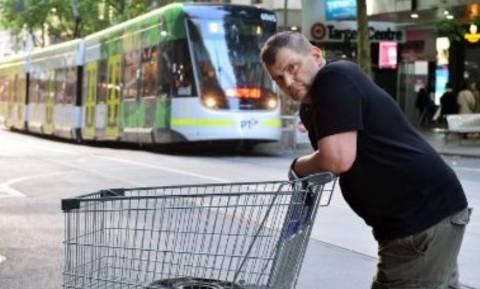 Μελβούρνη: 36.000 δολ. για τον άστεγο «καροτσάκια» που τα έβαλε με τον τζιχαντιστή (vids)
