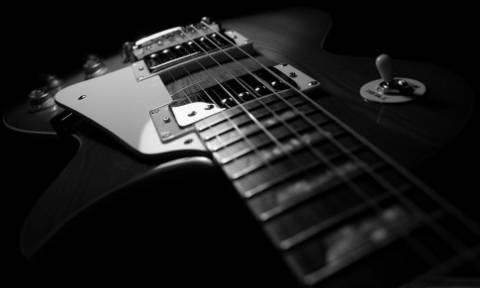 Στο νοσοκομείο πασίγνωστος κιθαρίστας (pic)