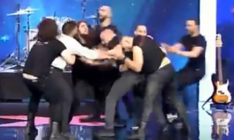 Άγριο ξύλο στο «Ελλάδα Έχεις Ταλέντο» - Πιάστηκαν στα χέρια πάνω στη σκηνή (vid)